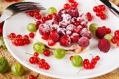 Owocowy tarta na bielu talerzu, przeglądać od above Zdjęcia Stock