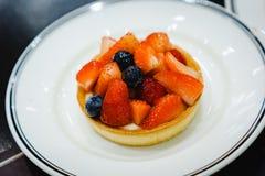 Owocowy tarta w białym naczyniu fotografia stock