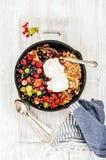 Owsa granola rozdrobni z jagodami i lody nad białym tłem Zdjęcie Royalty Free