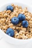 Owsa granola z czarnymi jagodami śniadaniowymi Obrazy Royalty Free