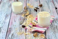 Owsa mleko w szkle na stole z owoc Obrazy Stock