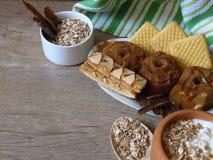 Owsa zboża adry posiłek, piec jabłka, ciastka, jogurt i cynamon na wieśniaka stylu dębowego drewna tle, zdjęcia royalty free