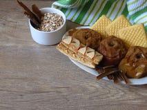 Owsa zboża adry posiłek, piec jabłka, ciastka, jogurt i cynamon na wieśniaka stylu dębowego drewna tle, obrazy stock