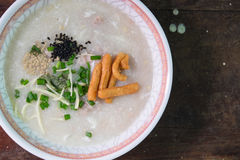 Owsianka ryż, wieprzowiny owsianka & x28; congee& x29; słuzyć na drewno stole Zdjęcie Stock