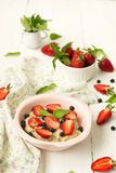 Owsianka z jagodami - truskawki i czarne jagody Obraz Stock