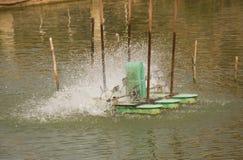 Oxígeno del terraplén de la rueda de turbina del aerador en el agua en el lago Fotos de archivo libres de regalías