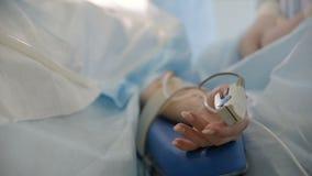 Oxímetro do pulso no dedo de um close up paciente video estoque