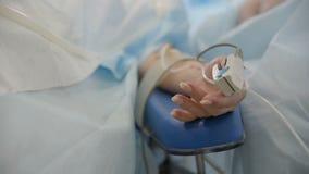 Oxímetro do pulso no dedo de um close up paciente vídeos de arquivo