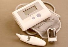 Oxímetro do pulso, pressão sanguínea, termômetro digital para a medida Fotografia de Stock Royalty Free
