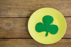 Oxalide petite oseille de jour de St Patricks maintenu dans le plat Photographie stock