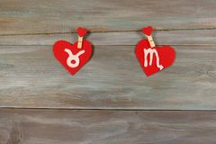 Oxen och skorpion tecken av zodiaken och hjärta filt Trä Royaltyfri Bild
