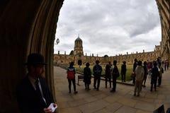OXFORD, ENGELAND - JULI 15 2017 - Toeristen in de Universitaire kerk van stadschristus Royalty-vrije Stock Foto's