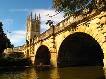 Oxford England stenbro över floden med fartyget Arkivfoto
