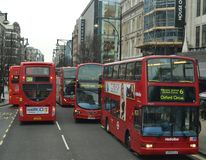 Oxford för blodstockning för London röd busstrafik gata fotografering för bildbyråer