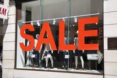 Oxford gata som shoppar post med berömda modeboutique och stor diversehandel Royaltyfri Foto