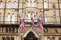 OXFORD GROSSBRITANNIEN 26. OKTOBER 2016: Verband Jack Flags Outside Randolph Hotel in Oxford Stockfoto
