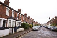OXFORD HET UK 26 OKTOBER 2016: Buitenkant van Victoriaanse Terrasvormige Huizen in Oxford met Geparkeerde Auto's stock foto's