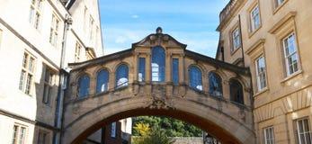 Oxford, het Verenigd Koninkrijk 13 oktober, 2018 - Hertford-brug bekendst als Brug van Sighs stock foto's