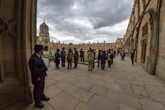 OXFORD, INGLATERRA - 15 de julio de 2017 - turistas en la ciudad una de la universidad de visitado más en el mundo Fotos de archivo libres de regalías