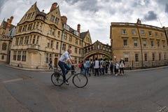 OXFORD, INGLATERRA - 15 de julio de 2017 - turistas en la ciudad una de la universidad de visitado más en el mundo Fotografía de archivo