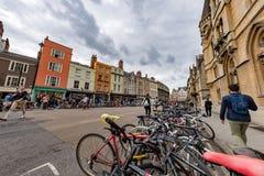 OXFORD, INGLATERRA - 15 de julio de 2017 - turistas en la ciudad una de la universidad de visitado más en el mundo Imagen de archivo