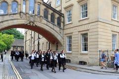 OXFORD - 11 LUGLIO 2014: Laureati della passeggiata dell'università di Oxford dalla H Immagine Stock Libera da Diritti