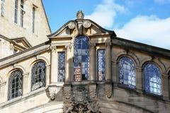 OXFORD, OXFORDSHIRE/UK - 25 DE MARÇO: Ponte incomum sobre uma estrada mim foto de stock royalty free