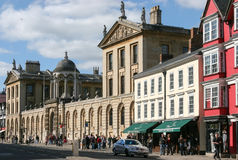OXFORD, OXFORDSHIRE/UK - 25 DE MARÇO: Uma vista ao longo da rua principal Imagem de Stock Royalty Free