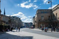 OXFORD, OXFORDSHIRE/UK - 25 DE MARÇO: Uma vista ao longo da rua principal Foto de Stock