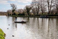 OXFORD, OXFORDSHIRE/UK - 25 DE MARZO: El llevar en batea en ISIS del río adentro Imagen de archivo libre de regalías