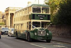 Oxford, R-U - 13 octobre 2018 : Buss touristiques de vintage vert dans la rue images libres de droits
