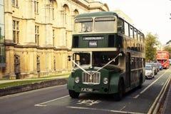 Oxford, R-U - 13 octobre 2018 : Buss touristiques de vintage vert dans la rue photo stock