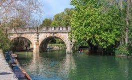 Oxford, Reino Unido - 30 de abril de 2016: Turistas que llevan en batea en el río Cherwell Imágenes de archivo libres de regalías