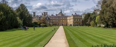 Oxford, Reino Unido - 1 de mayo de 2016: Estudiantes en la universidad Oxford de la trinidad Fotografía de archivo libre de regalías