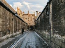 Oxford, Reino Unido - 07 07 2019: Figura negra que se niega a afrontar la cámara a través de las calles de Oxford, mientras que G imagen de archivo libre de regalías