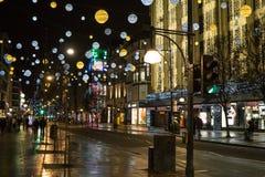Oxford-Straßengewerbegebiet in London auf 26. Dezember-Morgen mit Weihnachtslichtern und -dekorationen lizenzfreies stockbild