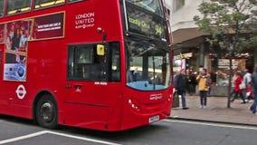 Oxford Street occupato nella citt? di Londra - una delle vie pi? famose con i negozi a Londra archivi video