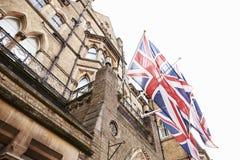 OXFORD/UK OKTOBER 26 2016: Fackliga Jack Flags Outside Randolph Hotel i Oxford Royaltyfri Foto