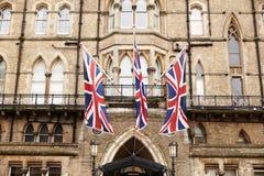 OXFORD/UK OKTOBER 26 2016: Fackliga Jack Flags Outside Randolph Hotel i Oxford Arkivfoto