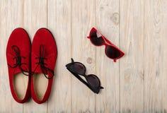 Oxfords et lunettes de soleil rouges de chaussures de femmes Photo stock