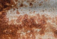 Oxidação de Ed na parede do fundo largo amarrotado deteriorado metal da folha do recipiente Ferro resistido Rusty Isolated Metall fotos de stock