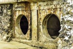 Oxidação e corrosão na pele da tubulação e do metal Corrosão do metal Oxidação dos metais Poluição de água da tubulação da drenag imagens de stock