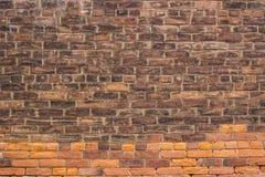 A oxidação/laranja resistiu à textura do tijolo ou ao fundo urbano da parede imagens de stock