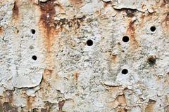 A oxidação textured o fundo com furos e pintura branca Fotografia de Stock Royalty Free