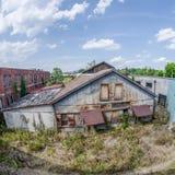 Oxidado abandonada viejo y el caer aparte construyendo Fotografía de archivo libre de regalías