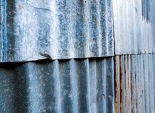 Oxidado corrugue a cerca galvanizada do ferro de folha foto de stock