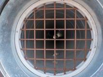 Oxidado llevado abajo del tubo y de la rejilla con débil el otro lado Foto de archivo