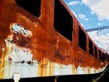 Oxidado velho abandonado fora do trem do uso na estação imagem de stock