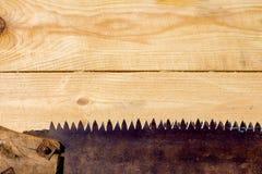 Oxidado viu o abaixo na tabela de madeira Fotografia de Stock Royalty Free