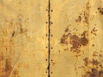 Oxide em duas folhas velhas da textura do metal conectadas pelos parafusos Imagens de Stock Royalty Free